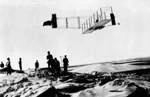 Brødrerne Wilbur og Orville i luften i over 9 minutter d. 24 oktober 1911 i North Carolina.